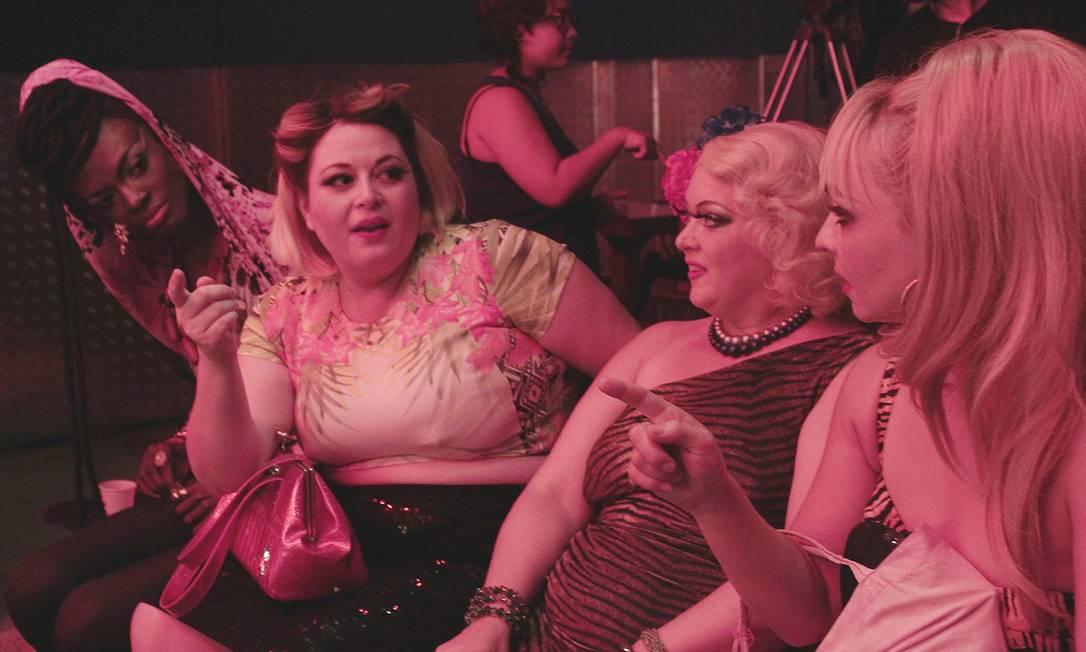A drag queen Aretha Sadik (à esquerda) é quem cuida das transições entre os números Divulgação