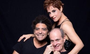Os atores-cantores Marcos Sacramento e Soraya Ravenle com o homenageado, Ney Matogrosso Foto: Leo Aversa / Divulgação