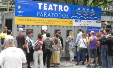 Fila para retirada de ingressos da campanha Teatro Para Todos, em 2011 Foto: Divulgação