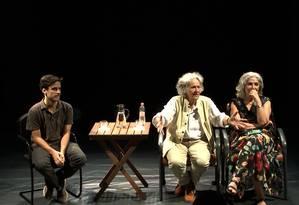Ariane Mnouchkine (ao centro), ao lado da atriz Juliana Carneiro da Cunha e do intérprete Tomaz Nogueira Foto: Bruno Vaz / Divulgação