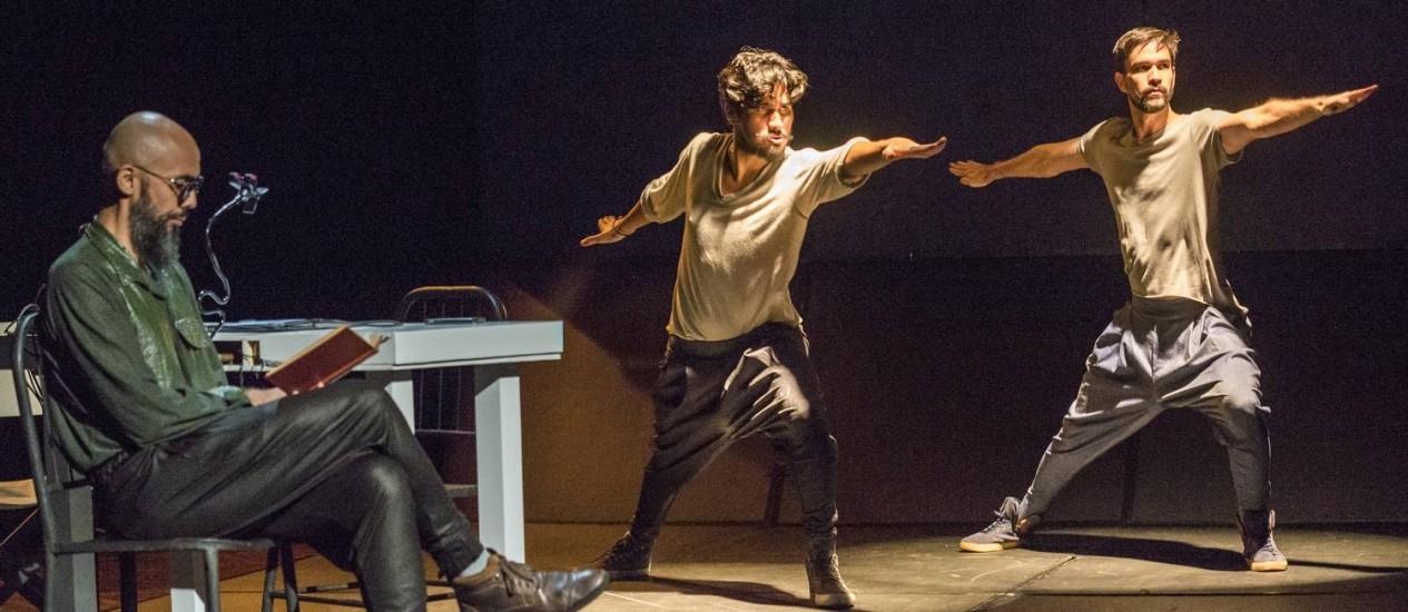 Na peça, Henrique Fontes (primeiro plano), Robson Medeiros e Mateus Cardoso recriam processo de seleção de atores para um filme Foto: Rogério Alves / Divulgação