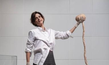 """A atriz e autora Mariana Lima, em cena da peça """"Cérebro coração"""" Foto: Leo Aversa / Divulgação"""