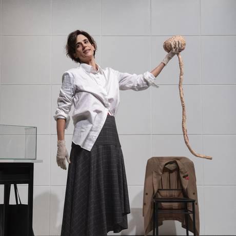 A atriz e autora Mariana Lima, em cena da peça