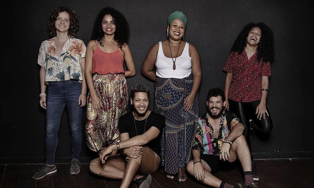 """CIA. MARGINAL E PHELLIPE AZEVEDO. Fundada em 2006 na Maré, por artistas brancos e negros, de dentro e de fora da comunidade, a Marginal se tornou um dos principais grupos de pesquisa continuada da cidade, dando origem a outros coletivos, como o Grupo Arame Farpado, fundado pelo ator, autor e diretor Phellipe Azevedo. Em 2018, a Marginal está em turnê nacional com """"Eles não usam tênis naique"""", pelo projeto Sesc Palco Giratório, e em 2019 estreia seu novo projeto, """"Refúgio"""", com direção de Isabel Penoni. Já o Arame Farpado volta a apresentar a peça """"Arame farpado"""" dia 12/9 no Festu e em outubro no Sesc Ginástico. Foto: Leo Aversa / Agência O Globo"""