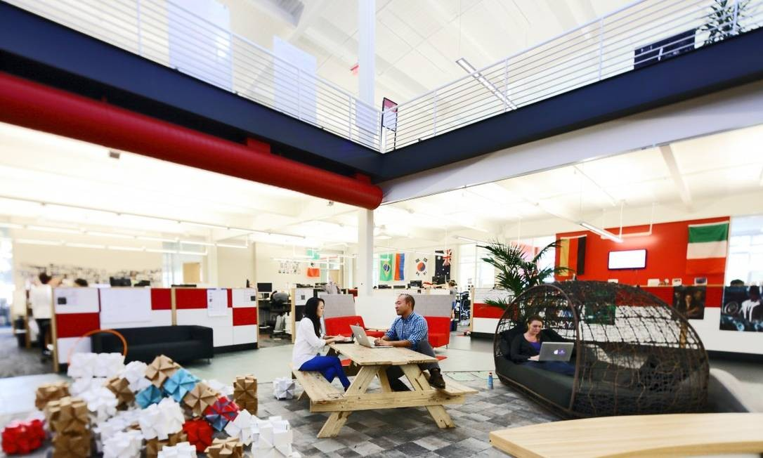 No YouTube, os funcionários têm disponível vários lugares para trabalhar em colaboração, como essa sala central com bancos de parque e divãs Foto: Divulgação