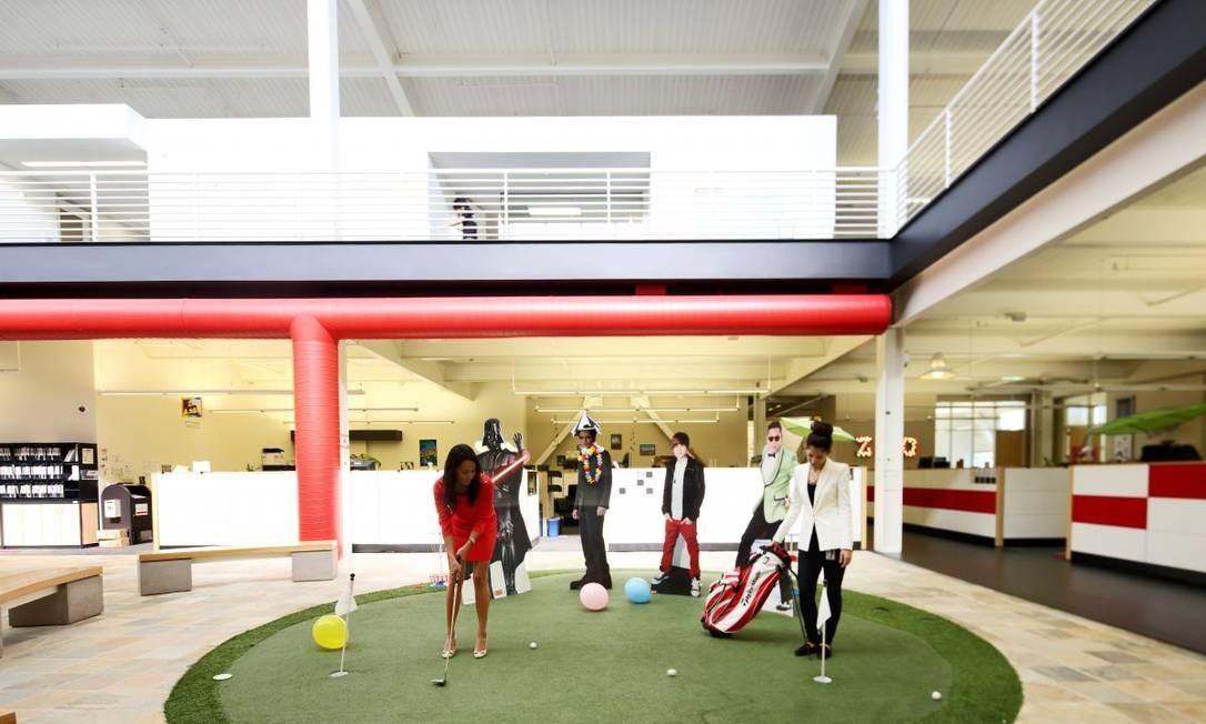 Minigolfe dentro da sede do YouTube, com destaque para bonecos de papelão de astros como PSY e Justin Bieber Foto: Divulgação