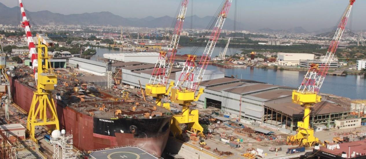 Navio da Petrobrás em adaptação para operar no pré-sal Foto: Genilson Araújo / Agência O Globo