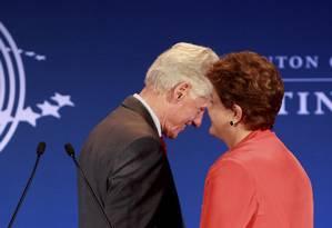 Presidente Dilma Rousseff conversa com Bill Clinton, na abertura da Clinton Global Initiative Foto: Gabriel de Paiva / Agência O Globo