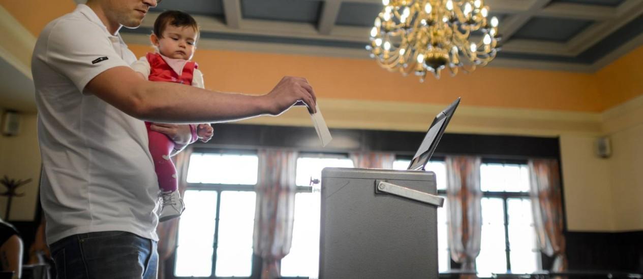Referendo levou milhares de suícos às urnas Foto: FABRICE COFFRINI / AFP