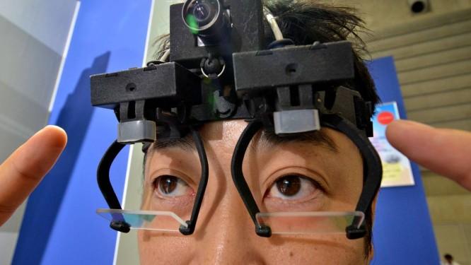 Um funcionário da empresa Nac Image Technology mostra a EyeSeeCam no evento em Yokohama Foto: Yoshikazu TSUNO/ AFP