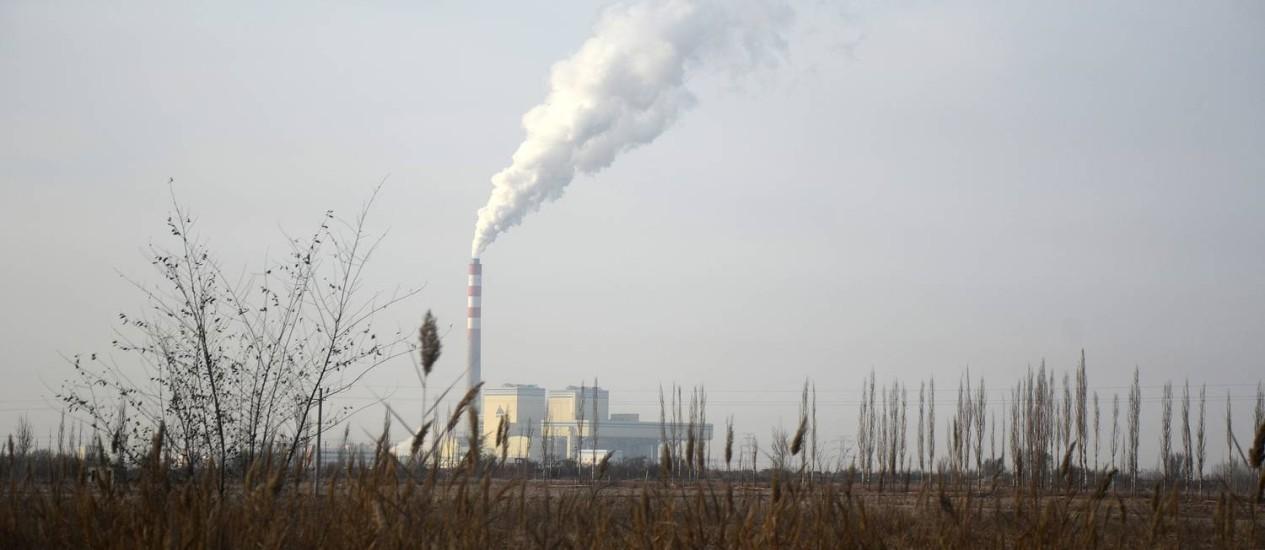 Fumaça em usina elétrica em Hami, na China Foto: Benjamin Haas / Bloomberg