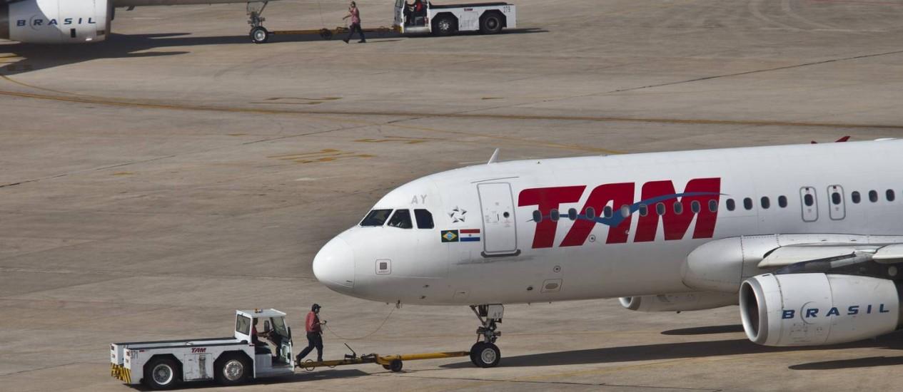 Avião da TAM no aeroporto do Galeão, no Rio Foto: Dado Galdieri / Bloomberg / 13/09/13