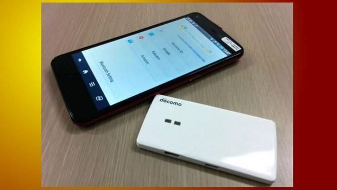 A caixinha branca é o gabinete hospedando o SIM Card portátil e se conecta via wireless com o celular Foto: Divulgação
