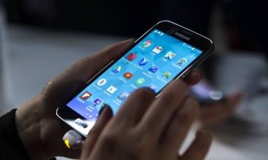 Smartphone: objetivo do governo é incentivar inclusão digital Foto: Angel Navarette / Bloomberg