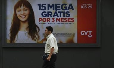 Pedestre passa por propaganda da GVT no Rio: compra da empresa pela Telefónica está prevista para ser concluída em meados de 2015 Foto: Dado Galdieri / Bloomberg News
