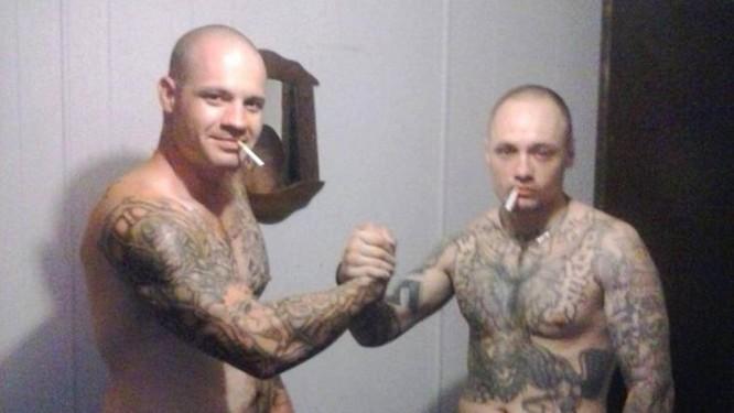 Esta foi a última foto dos amigos tatuados Meyer (à esquerda) e Prier com ambos vivos. A próxima foi uma 'deadie' em que o mais alto já não mais respirava. Foto: Reprodução