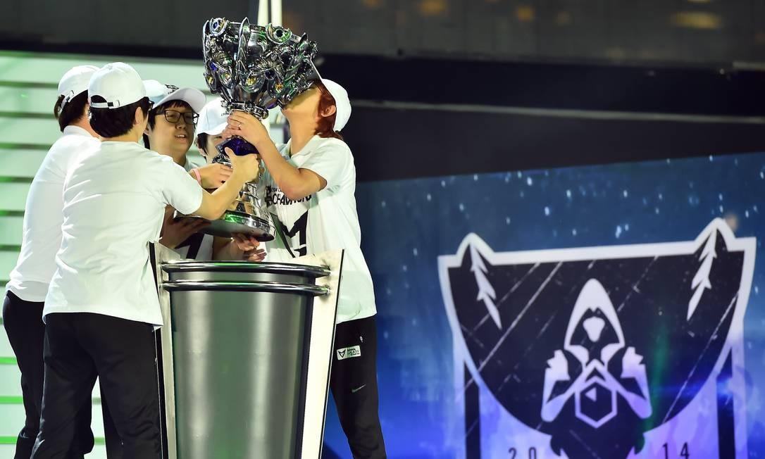 Equipe vencedora do certame — a Samsung Galaxy White — comemora beijando o troféu Foto: Divulgação