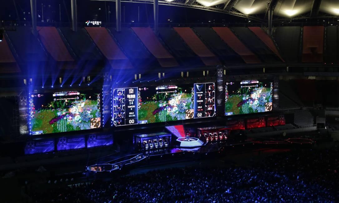Gigantescos telões exibiam para a tensa plateia os detalhes da batalha entre as duas equipes Foto: Divulgação