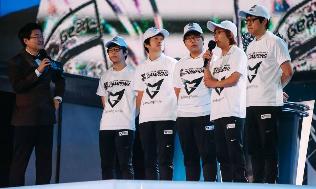 Equipe vencedora — Samsung White — dando declarações à plateia. Todos com porte atlético (☺), apenas um dos gamers não usa óculos Foto: Divulgação