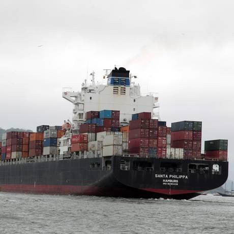 Exportações podem cair e deixar a balança comercial negativa Foto: Eliária Andrade / Agência O Globo