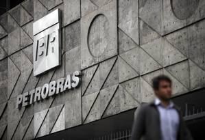 Pedestre passa em frente ao edifício sede da Petrobras, no centro do Rio Foto: Dado Galdieri / Bloomberg