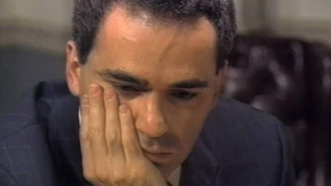 Garry Kasparov infinitamente amuado segundos antes de se levantar da mesa de jogo, entregando os pontos no 19º lance da 6ª partida, em 11 de maio de 1997 Foto: Reprodução