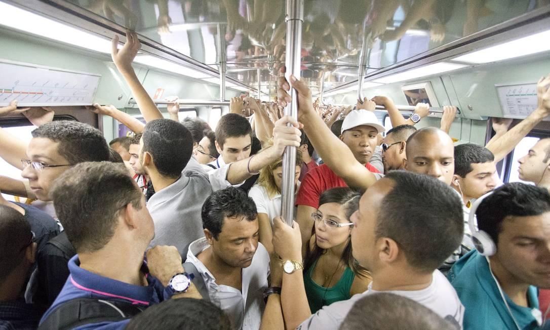 Praticamente sem ter onde segurar, passageiros viajam na Linha 2 do metrô do Rio, que liga a Pavuna a Botafogo Foto: Márcia Foletto / Agência O Globo