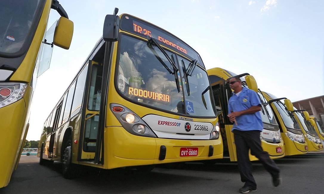 Estacionamento de BRTs no Estádio Mané Garrincha. Cada morador do DF perde 37,8 minutos por deslocamento Foto: André Coelho / Agência O Globo