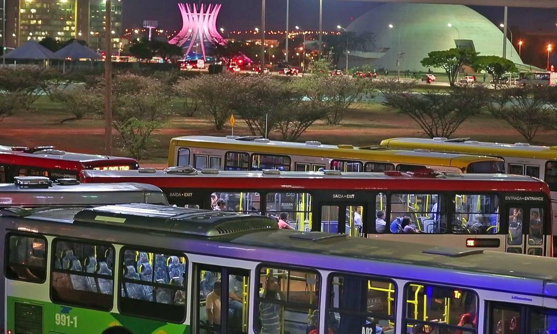 Rodoviária do Plano Piloto de Brasília: moradores das cidades satélites preferem cada vez mais o carro ou moto particular para se deslocar Foto: André Coelho / Agência O Globo