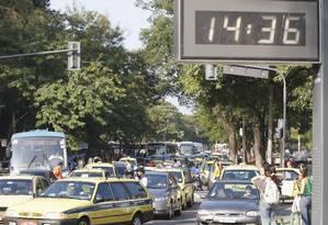 O tempo perdido no trânsito Foto: Simone Marinho / Agência O Globo