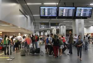 Passageiros no Aeroporto Internacional do Galeão, no Rio Foto: Marcelo Carnaval / Agência O Globo