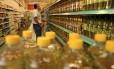 Garrafas de óleo de soja em supermercado