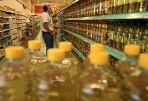 Garrafas de óleo de soja em supermercado Foto: Marco Antonio Teixeira / .