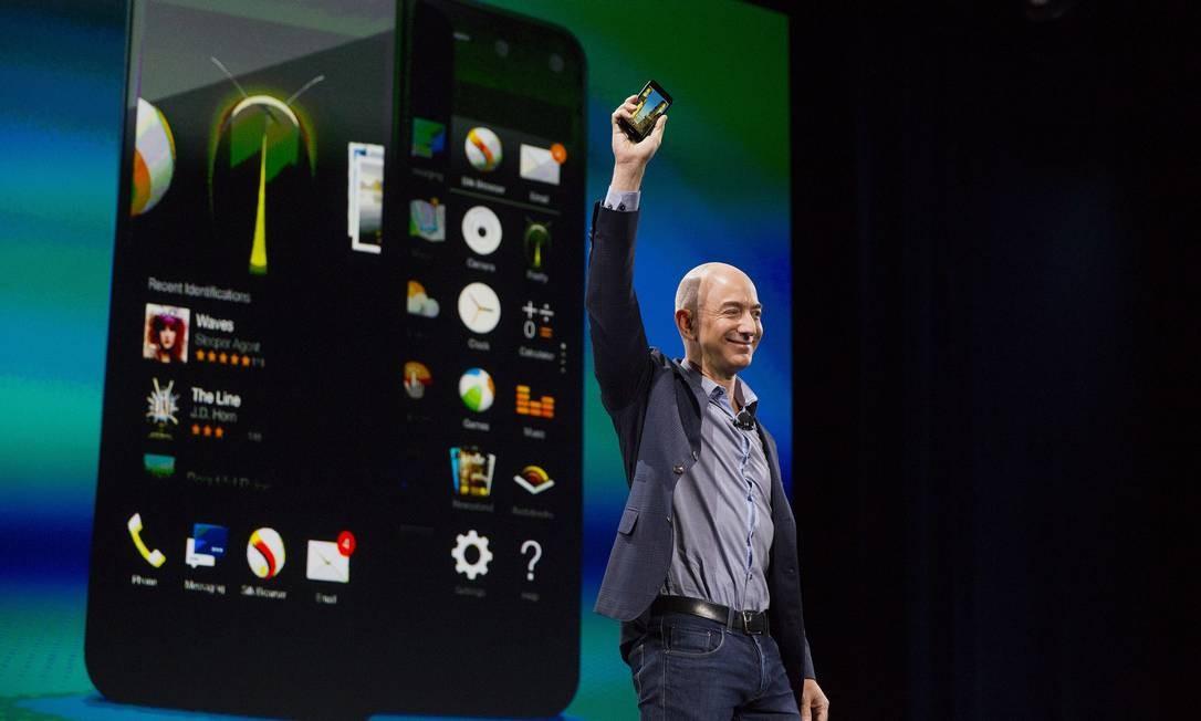 Jeff Bezos, CEO da Amazon, mostrando o hoje fracassado Fire Phone em evento nos Fremont Studios in Seattle Foto: Mike Kane / Bloomberg