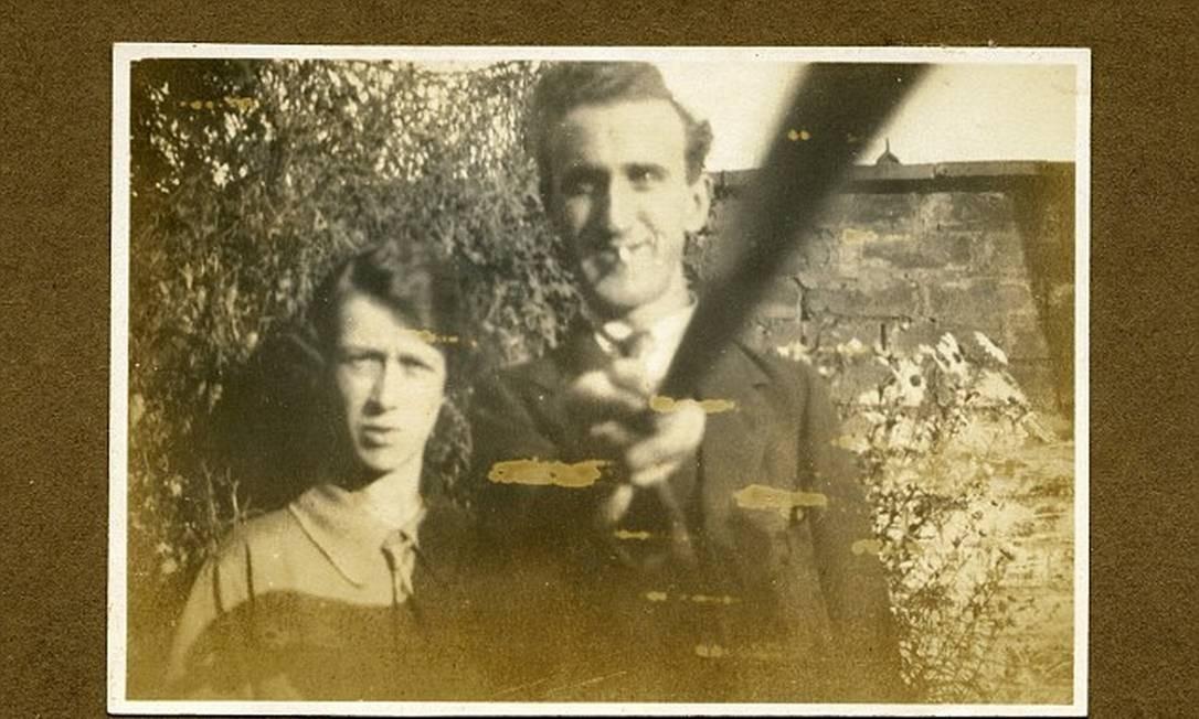 Pioneiro: o britânico Arnold Hogg utiliza um bastão para se fotografar com a sua mulher, Helen, em 1926 Foto: Alan Cleaver / Reprodução