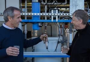 Bill Gates testa máquina que produz água potável a partir de dejetos Foto: Reprodução