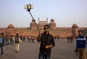 Turista tira uma selfie. Aplicativos com ferramentas de edição de imagens deixam as fotos com