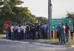 Funcionários do Comperj fIzeram, na terça-feira, mais uma manifestação contra o atraso no pagamento de salários Foto: Pablo Jacob / Agência O Globo