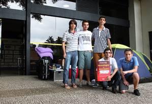 Campuseiras já estão acampados no portão de aceeso a feira que abre oficialmente amanhã Foto: Marcos Alves / Agência O Globo