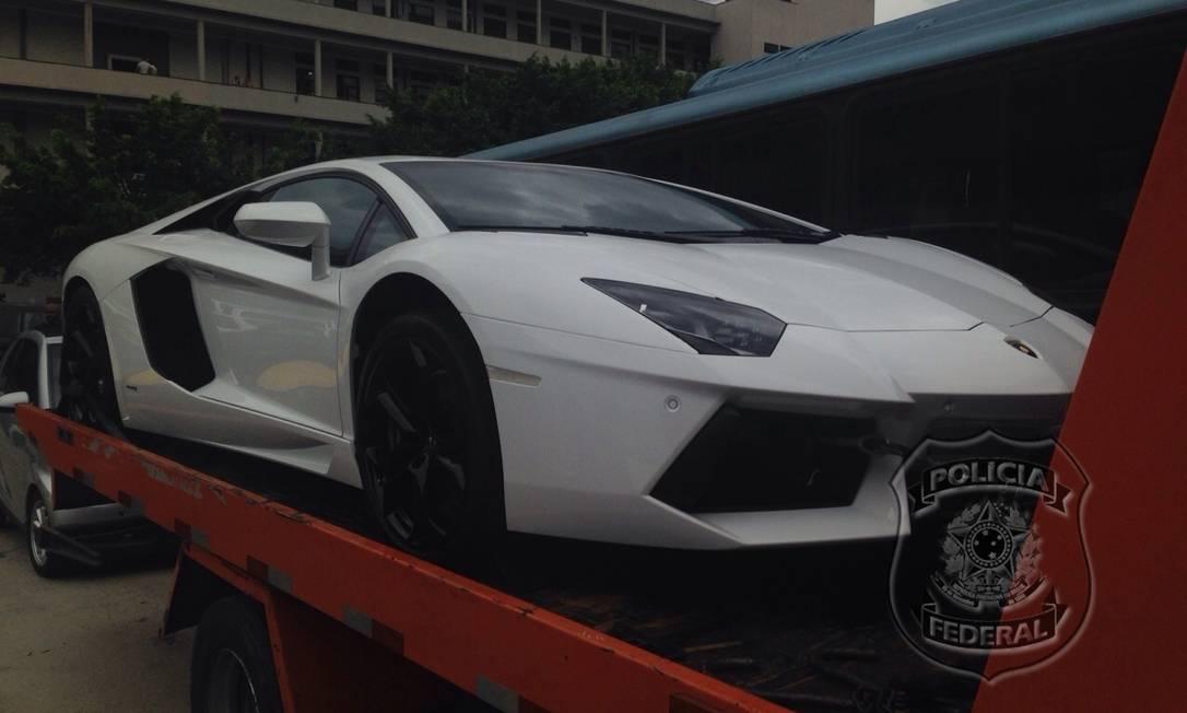 Lamborghini em cima do reboque e já no pátio da Supeintendência da Polícia Federal no Rio Foto: Divulgação / Polícia Federal