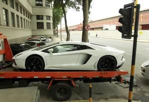 Lamborghini Aventador 2011, que enfeitava a sala de estar de Eike Batista, foi um dos carros levados para a sede da PF no Rio Foto: Gabriel de Paiva / Agência O Globo