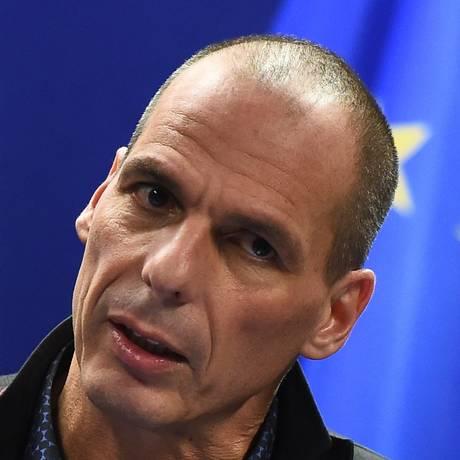 Yanis Varoufakis, ministro das Finanças grego, durante entrevista coletiva em Bruxelas nesta segunda-feira, 16 de fevereiro Foto: EMMANUEL DUNAND / AFP