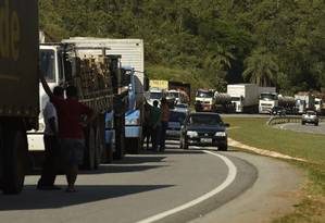Caminhoneiros parados na BR-262 em Juatuba (MG) Foto: Douglas Magno / O Tempo Foto: Agência O Globo / Agência O Globo