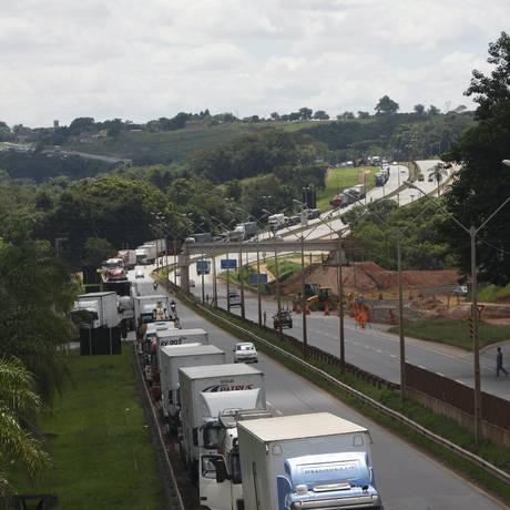 Protesto fechou parte da rodovia Fernão Dias (BR-381), na Região Metropolitana de Belo Horizonte Foto: Moisés Silva / O Tempo / Agência O Globo Foto: Terceiro / Agência O Globo