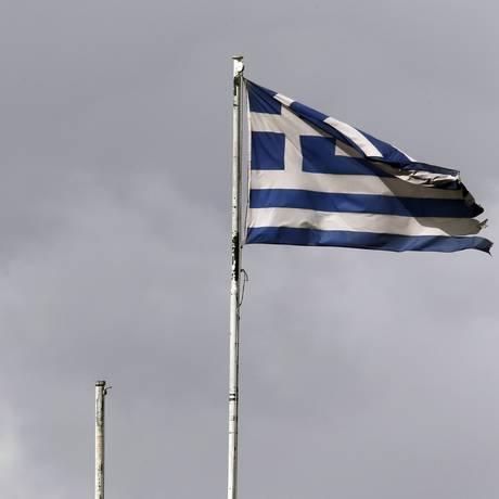 Bandeiras da UE e da Grécia tremulam no Ministério das Finanças grego, em Atenas Foto: YANNIS BEHRAKIS / REUTERS
