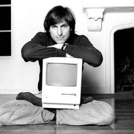 Steve Jobs e o primeiro Mac, em 1984 Foto: Divulgação