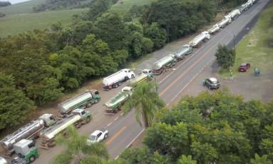 Comboio escoltado pela PRF leva gasolina a cidades do Rio Grande do Sul Foto: Divulgação / Polícia Rodoviária Federal/02-03-2015