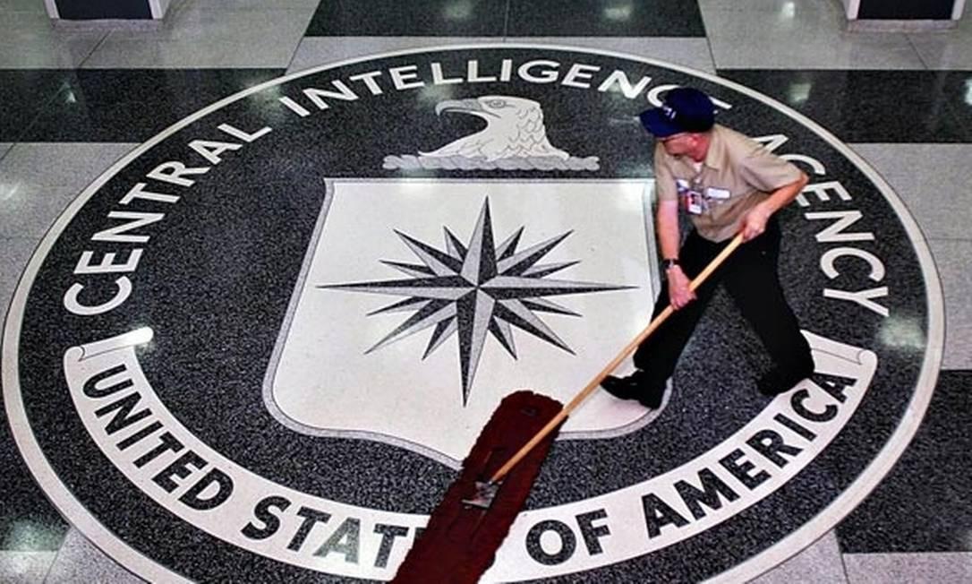 Logo no piso à entrada do prédio da CIA, nos EUA Foto: Bloomberg