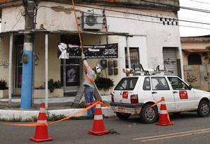 Técnicos da Ampla fazem reparo em poste da Rua 13 de Março, no bairro Antonina: alta no preço da energia Foto: Thiago Freitas / Agência O Globo