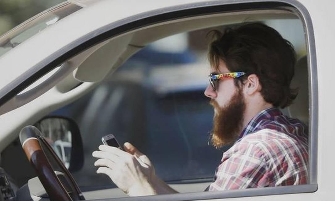 Barbudo descontrolado não consegue largar o aparelho no automóvel Foto: LM Otero / AP